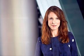 """Helen Mandell har en examen i ekonomi, har studerat kurser i teknik på KTH, form på Konstfack, webbstrategi på Berghs. """"Jag  har en fot i varje värld."""""""