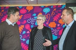 Hans Astermark (till vänster), key account på PostNord Strålfors, hjälper kunden att hitta rätt lösningar.